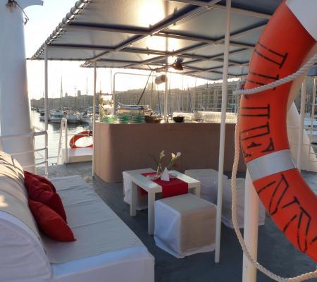 Cocktail apéritif en mer au coucher de soleil