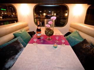Repas assis à bord de l'Ilienne